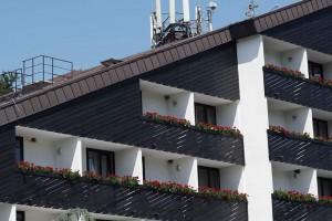 Hotel-Breza-_-balkoni-z-gnezdi-lastovk