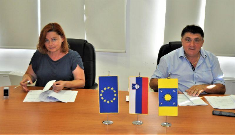 Župan Peter Misja je podpisal pogodbo o gradbenih delih na gradu Podčetrtek s predstavnico podjetja HPG Brežice, Lidijo Rus.